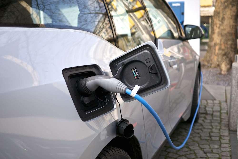 Borne de recharge pour véhicule hybride et électrique
